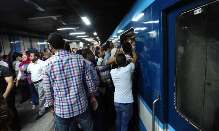 الركاب يحطمون ابواب المترو فى محطة العباسية