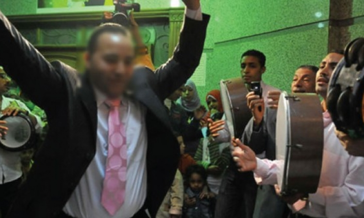 بالفيديو.. عريس يترك عروسه ليرقص على أنغام «تسلم الأيادي» في الشارع