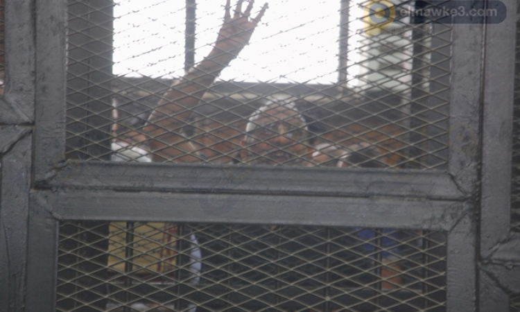 بالصور.. طرد «بديع» و13 قياديا بالإخوان من قاعة المحكمة في قضية «مسجد الاستقامة»