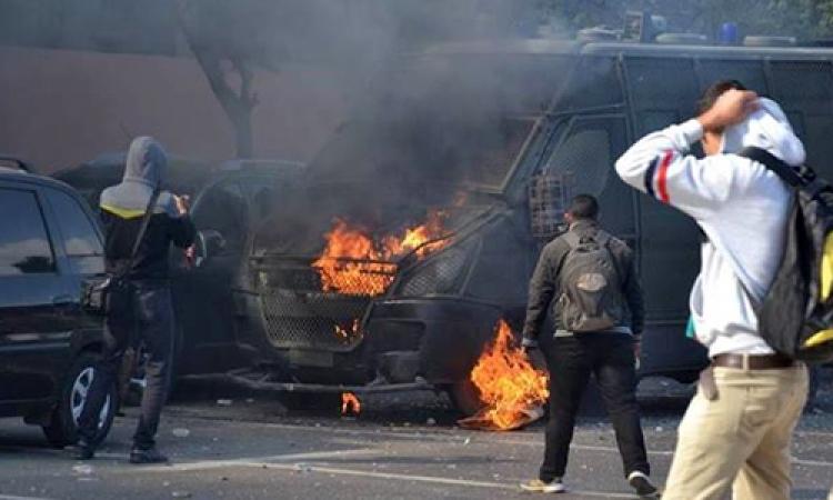 الإخوان يشعلون النار بسيارة شرطة بفيصل