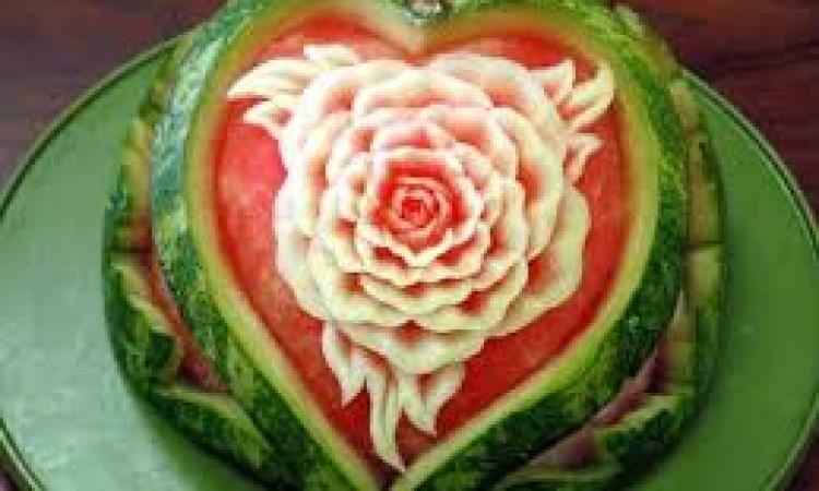 بالصور.. فن النحت على قشر البطيخ بمهرجان «جبنة و بطيخ»