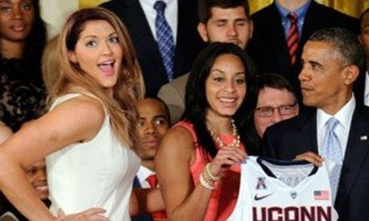 """بالصور .. أوباما """" مركز قوي """" مع لاعبة سلة شهيرة"""