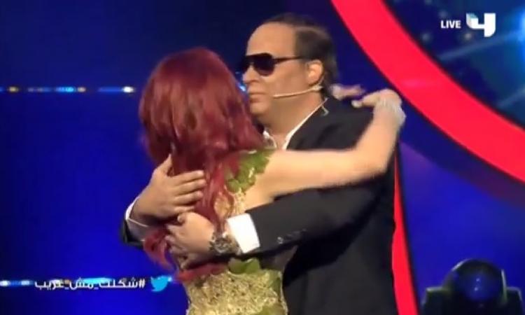 بالفيديو .. قبلات وأحضان حارة بين الزعيم وهيفاء وهبي في شكلك مش غريب