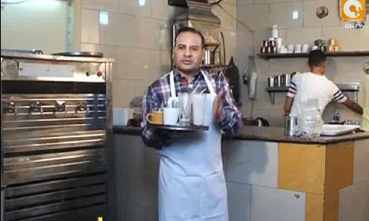 بالفيديو.. «القرموطي» يقدم برنامجه في دور عامل «قهوة » ويوزع «المشروبات» على الزبائن