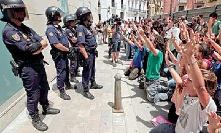 اليسار الإسباني يطالب بإجراء استفتاء على بقاء الملكية