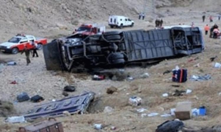 مصرع شخصين واصابة 28 اخرين فى حادث انقلاب اتوبيس على الطريق الصحراوى بالبحيرة