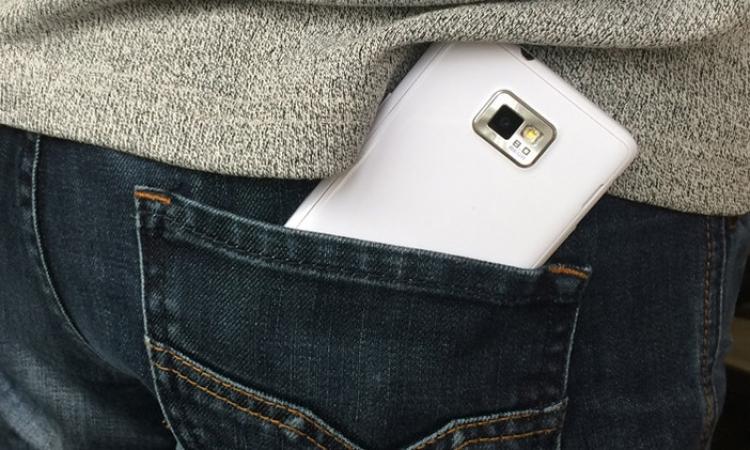 احذر..الهاتف المحمول في جيب البنطلون يسبب العقم !