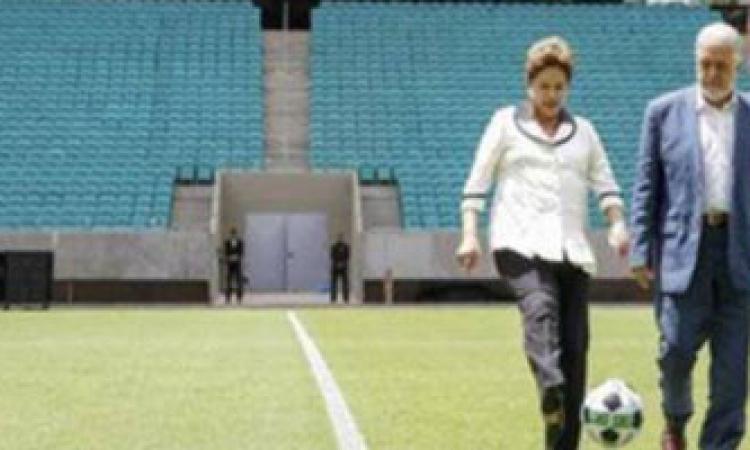 رئيسة البرازيل تستعرض مهارتها بالكرة عشية انطلاق المونديال