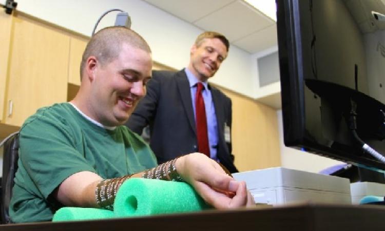رقاقة إلكترونية لمساعدة مرضى الشلل على تحريك اليد باستخدام الأفكار
