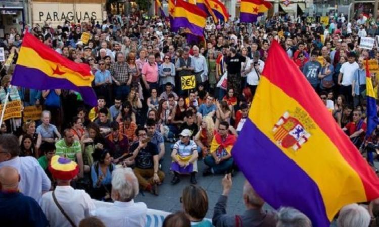 الآلاف يتظاهرون في إسبانيا للمطالبة بعودة الجمهورية