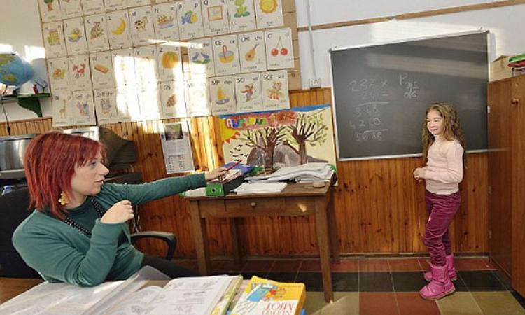 بالصور.. مدرسة لا يوجد بها سوى طالبة واحدة ومعلمة واحدة