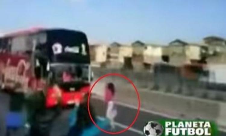 بالفيديو .. مشجعة مجنونة تقف أمام حافلة منتخب تشيلي وتنجو بأعجوبة