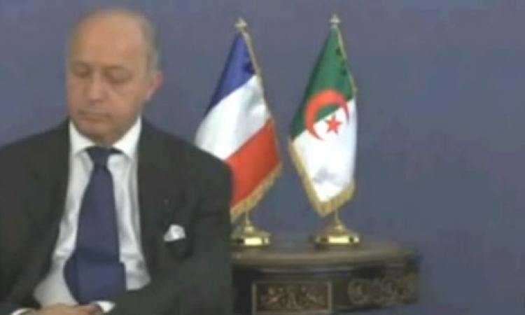 بالفيديو .. وزير خارجية فرنسا غارق فى النوم في مؤتمر الجزائر