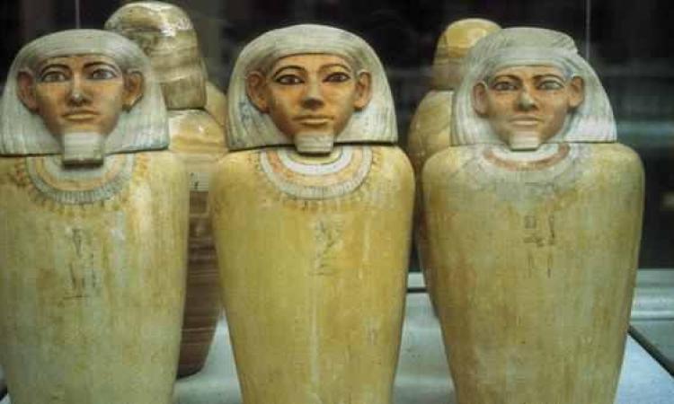 سيدة أمريكية تعيد قطعا اثرية فرعونية لسفارة مصر بواشنطن