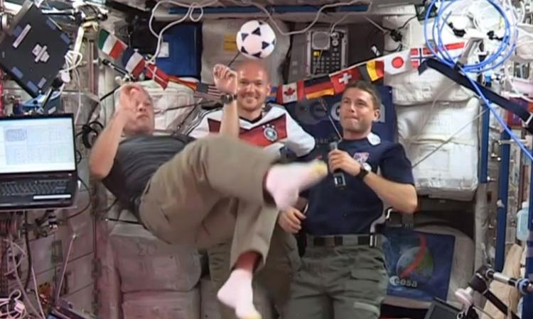 بالفيديو.. حتي في الفضاء .. كأس العالم يخطف الانظار