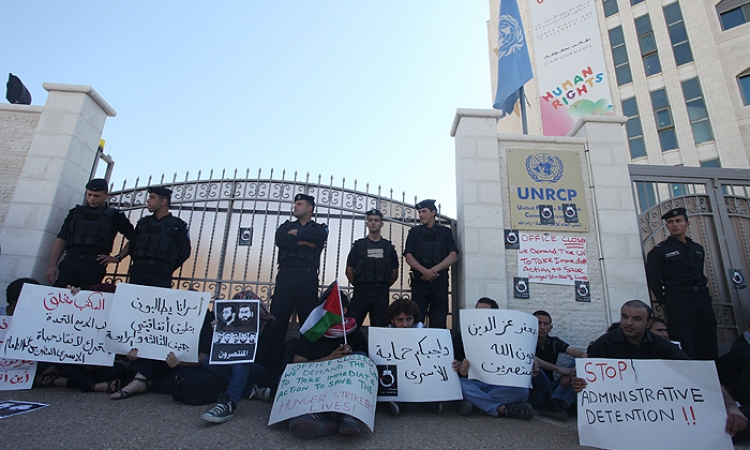 نشطاء يغلقون مقر الأمم المتحدة اعتراضا على صمتها وموقفها من قضية الأسرى الفلسطينيين