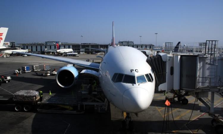 اليوم.. رياضي نمساوى يجر طائرة بوينج 777 لمسافة 10 أمتار بمطار فيينا