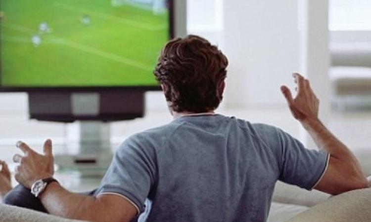 كيف تتغلبين على هوس زوجك بمتابعة كرة القدم؟