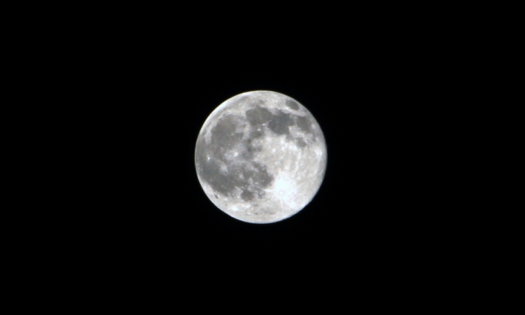 باحثون: القمر نشأ نتيجة ارتطام كوكب بالأرض