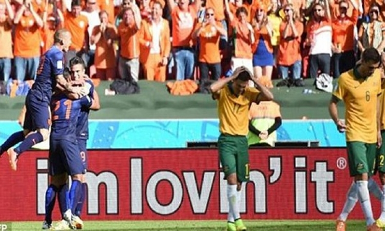 هولندا تهزم أستراليا 3-2 وتضع قدما في دور الـ16 بمونديال البرازيل