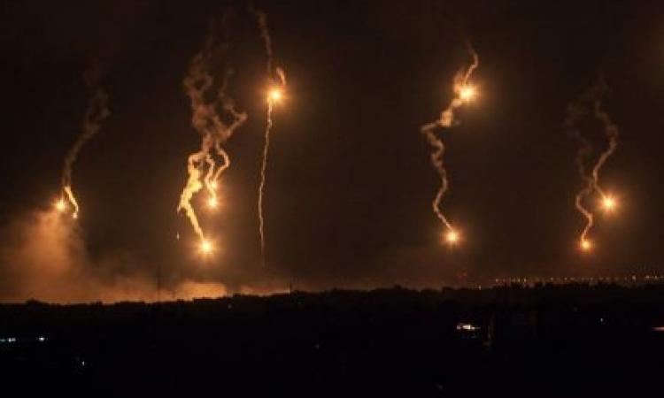 إسرائيل تلقي قنابل مضيئة على جنوب لبنان