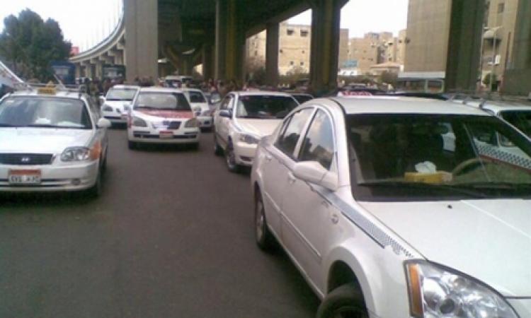 سائقو التاكسي يقطعون شارع التحرير بالدقي اعتراضا على رفع اسعار الوقود