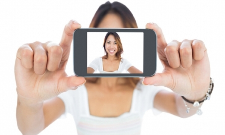 لعشاق السيلفي .. طرح تطبيق لالتقاط الصور الذاتية دون لمس الشاشة