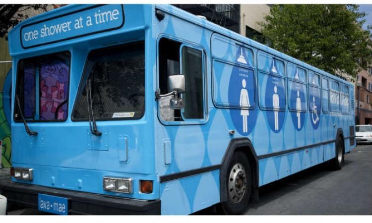 بالصور والفيديو .. جوجل تطلق خدمة الاستحمام في الحافلات للمشردين