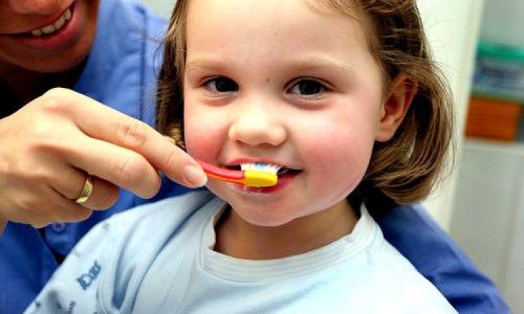 كيف تحافظين على أسنان طفلك في مراحل العمر الأولى؟