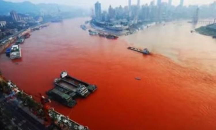 بالفيديو .. نهر في الصين تتحول مياهه للون الأحمر الدموي
