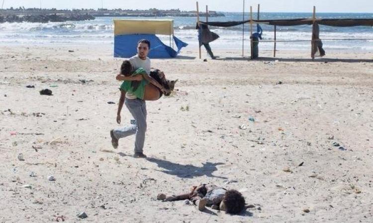 بالفيديو.. البوارج الإسرائيلية تستهدف أطفال صغار يلعبون على شاطئ غزة