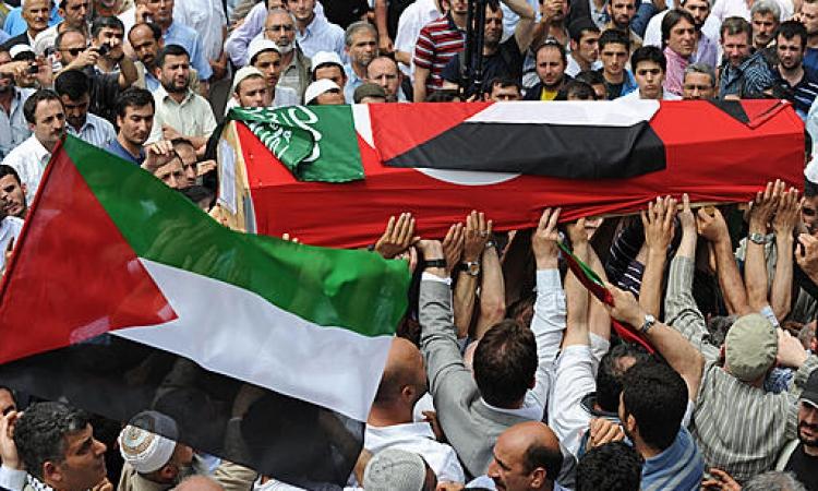 الفلسطينيين يشيعون جنازة 8 أشخاص من أسرة واحدة قتلتهم أسرائيل