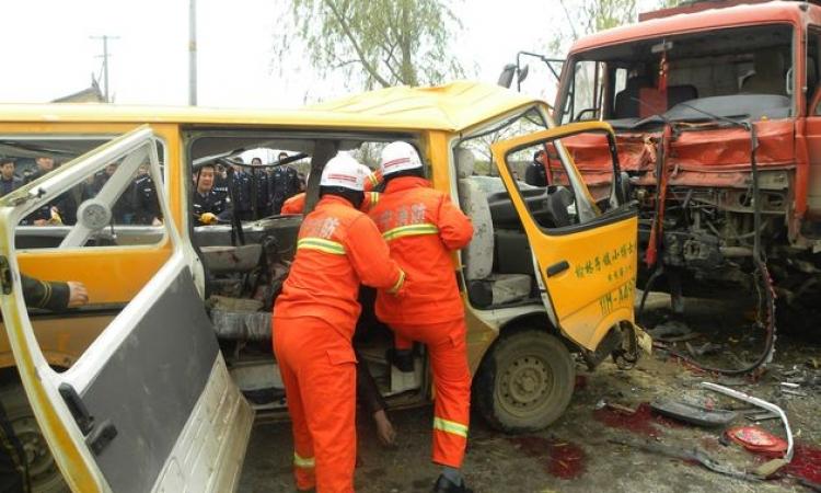 بالفيديو.. مقتل 11 شخصا بينهم 8 أطفال إثر سقوط حافلة مدرسية فى بركة بالصين