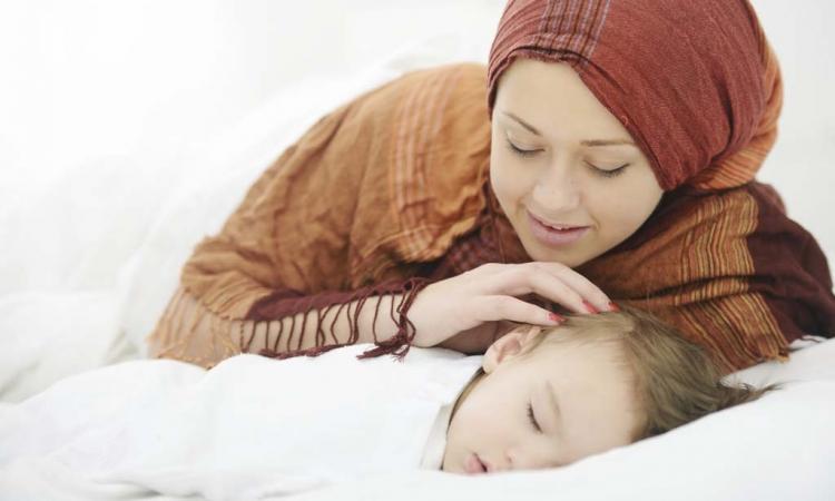 كيف تجعلي طفلك ينام وفي سريره؟