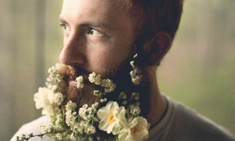 بالصور… تزين لحية الرجل بالأزهار الملونة