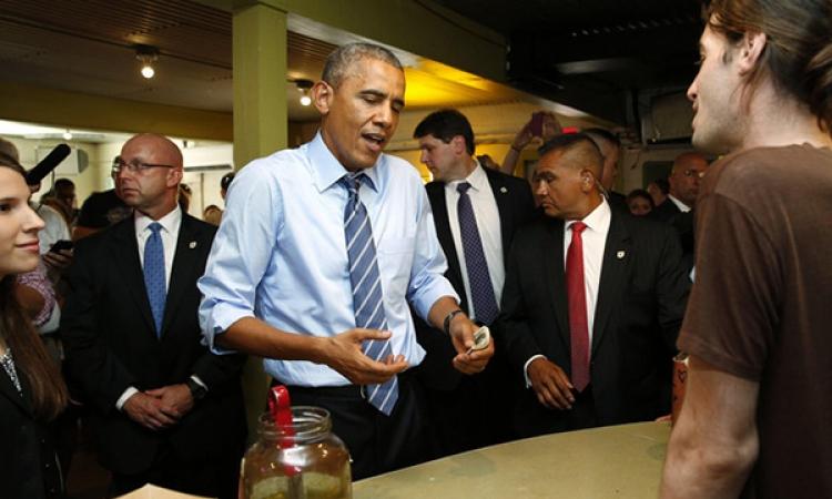 بالصور..أوباما يستضيف عائلة بمطعم.. لكن لم يستطع دفع الفاتورة
