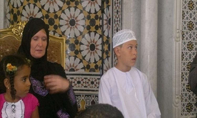 بالفيديو.. أسرة «نمساوية» تشهر إسلامها بمسجد فى الغردقة