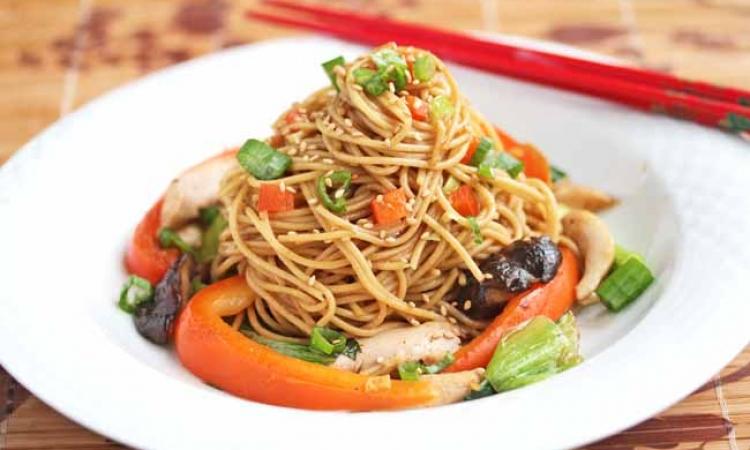 طبق اليوم: سباجيتي بالخضروات والدجاج على الطريقة الصينية