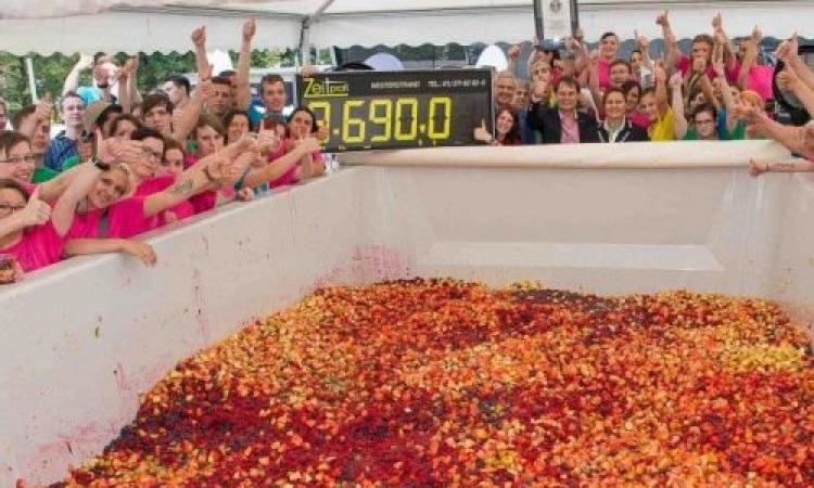 شاهد أكبر طبق سلطة فاكهة في العالم