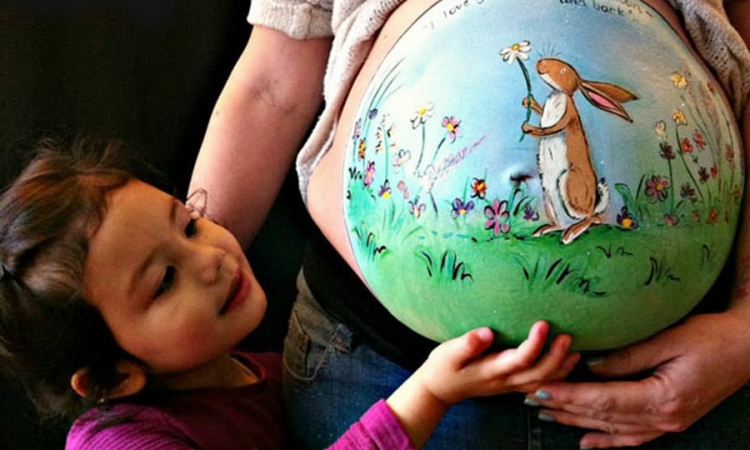 بالصور.. لوحات فنية علي بطون الحوامل