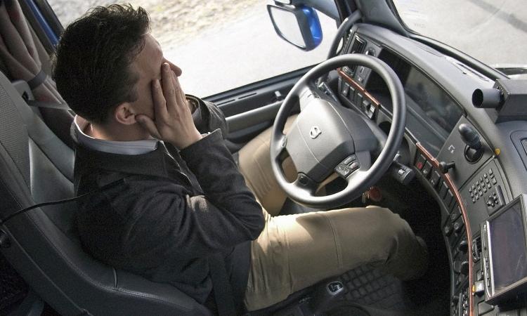 مقاعد ذكية تحذر سائقي السيارات عندما يغالبهم النوم