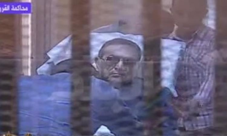 بالفيديو .. مبارك يخرج من القفص أثناء مرافعة النيابة لاصابته بوعكة صحية