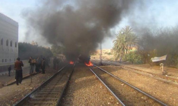 إخوان المنيا يشعلون الإطارات علي خط السكة الحديد وقوات الأمن تتصدى لهم