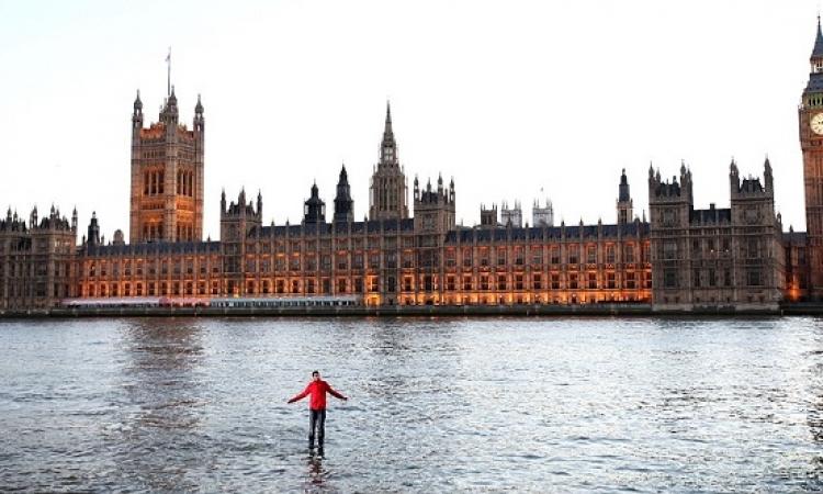 بالفيديو والصور .. لندن تكشف خدعة الساحر الذي يمشي على الماء ويطير في الهواء ؟!!