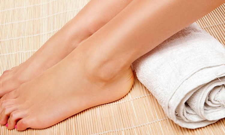 وصفة لتنعيم القدمين وتفتيح لونها