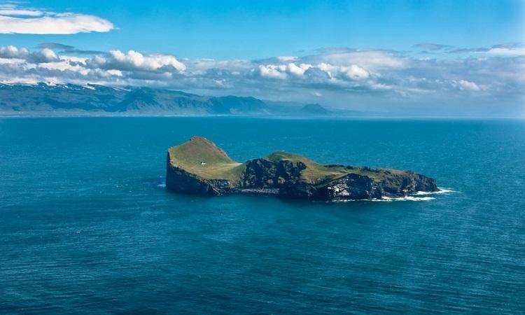 """بالصور .. حل لغز المنزل """" الغامض """" على الجزيرة النائية في ساحل ايسلندا الجنوبي ?!!"""
