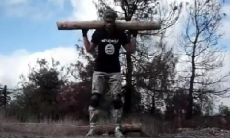 بالفيديو .. فتي داعش المصري يعلم المقاتلين المحافظة على لياقتهم البدنية