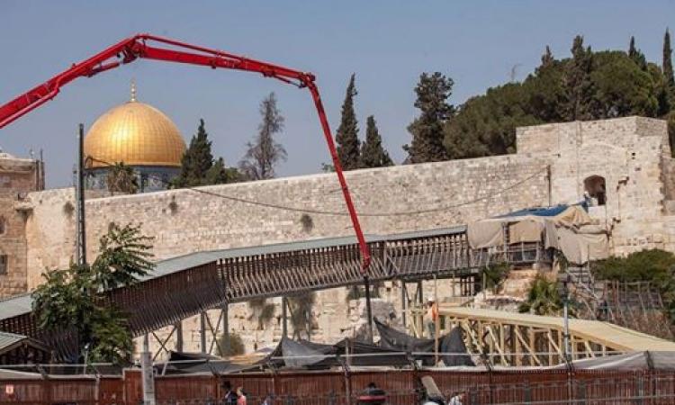 إسرائيل تبني جسراً خشبياً نحو الأقصى