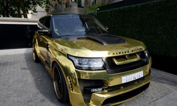 بالفيديو.. سعودي يقتحم عاصمة السحاب بسيارة مطلية بالذهب