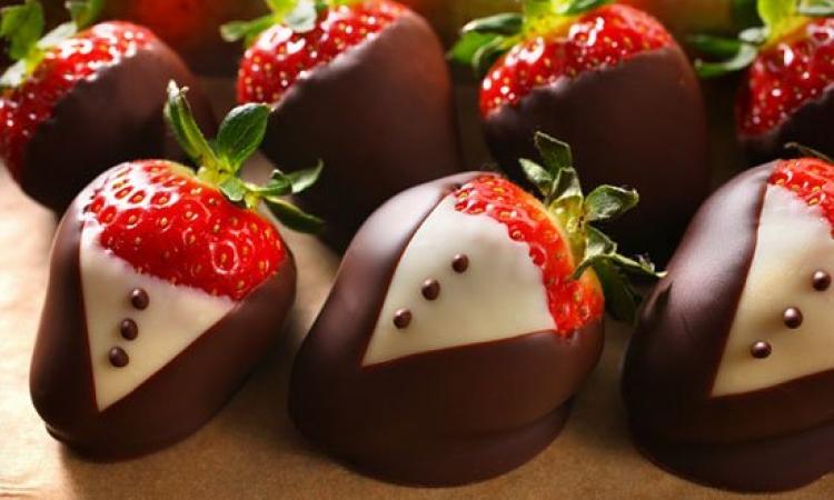 لعشاق الشيكولاتة بالفراولة .. أشكال تخطف البصر وتفتح الشهية